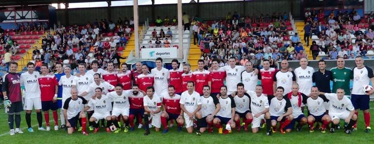 Los veteranos del Valencia Cf y del CD Teruel posan antes del inicio del partido