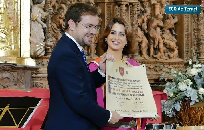 Javier Sierra recibe el titulo de Hijo Predilecto de manos de la alcaldesa, Emma Buj