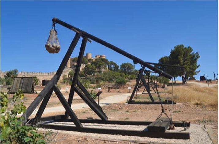 Una imagen de Trebuchet, con el imponente Castillo de Belmonte al fondo